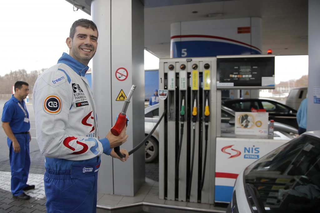 Borković toči benzin 1