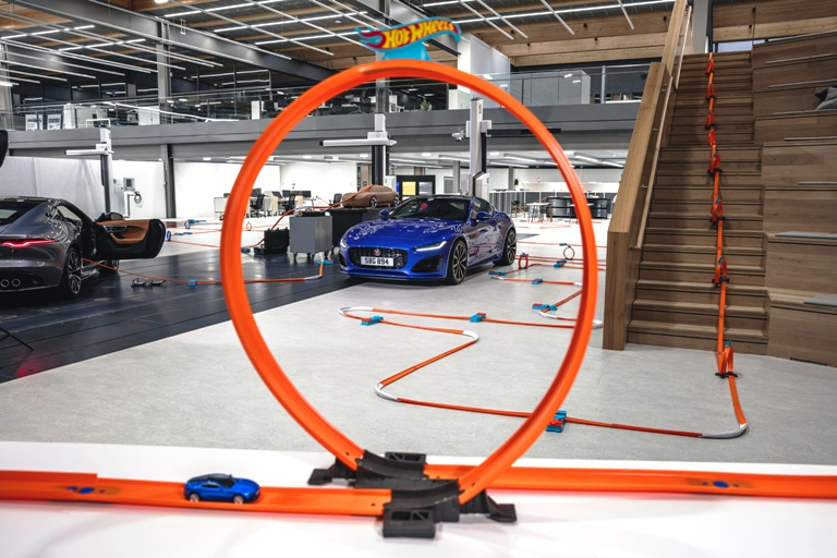 MOBIL AUTO TV Svetska premijera Jaguara F-TYPE uz Hot Wheels prototip igračku!